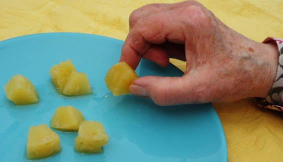 manger-mains en unité d'hébergement renforcée (UHR) pour patients atteints d'alzeihmer